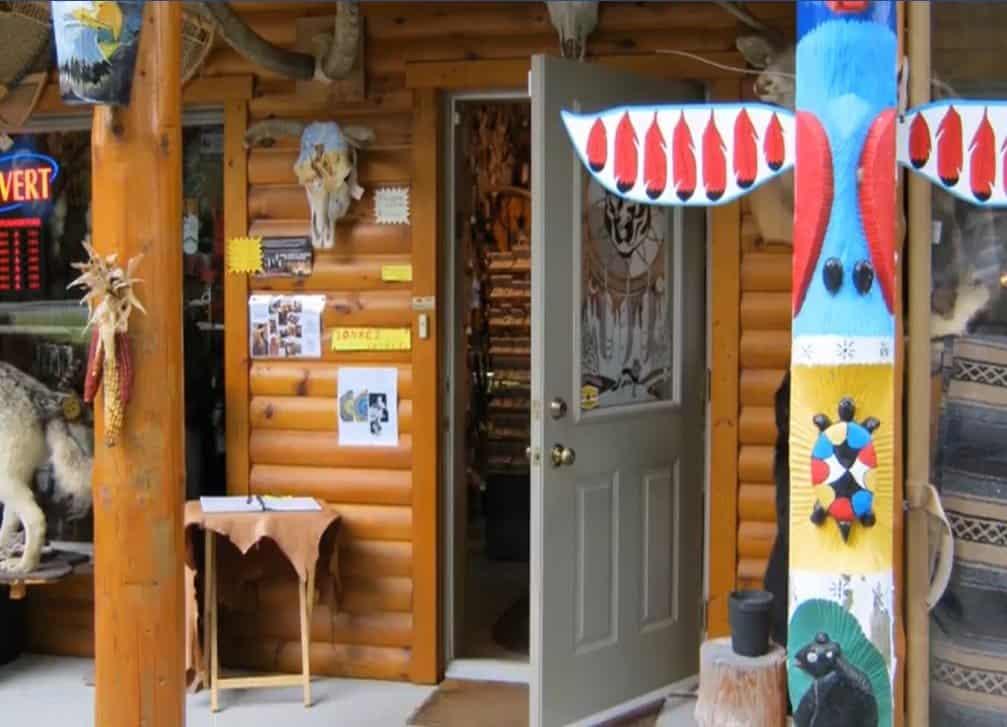 Devanture de magasin d'articles d'artisanat autochtones. Totem multicolore.