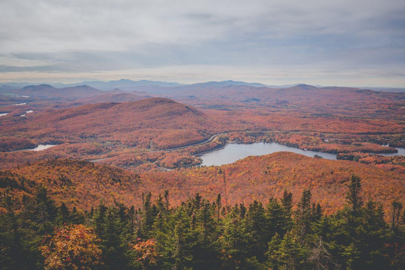 Le paysage avec ses couleurs d'automne vu du sommet du Mont-Orford