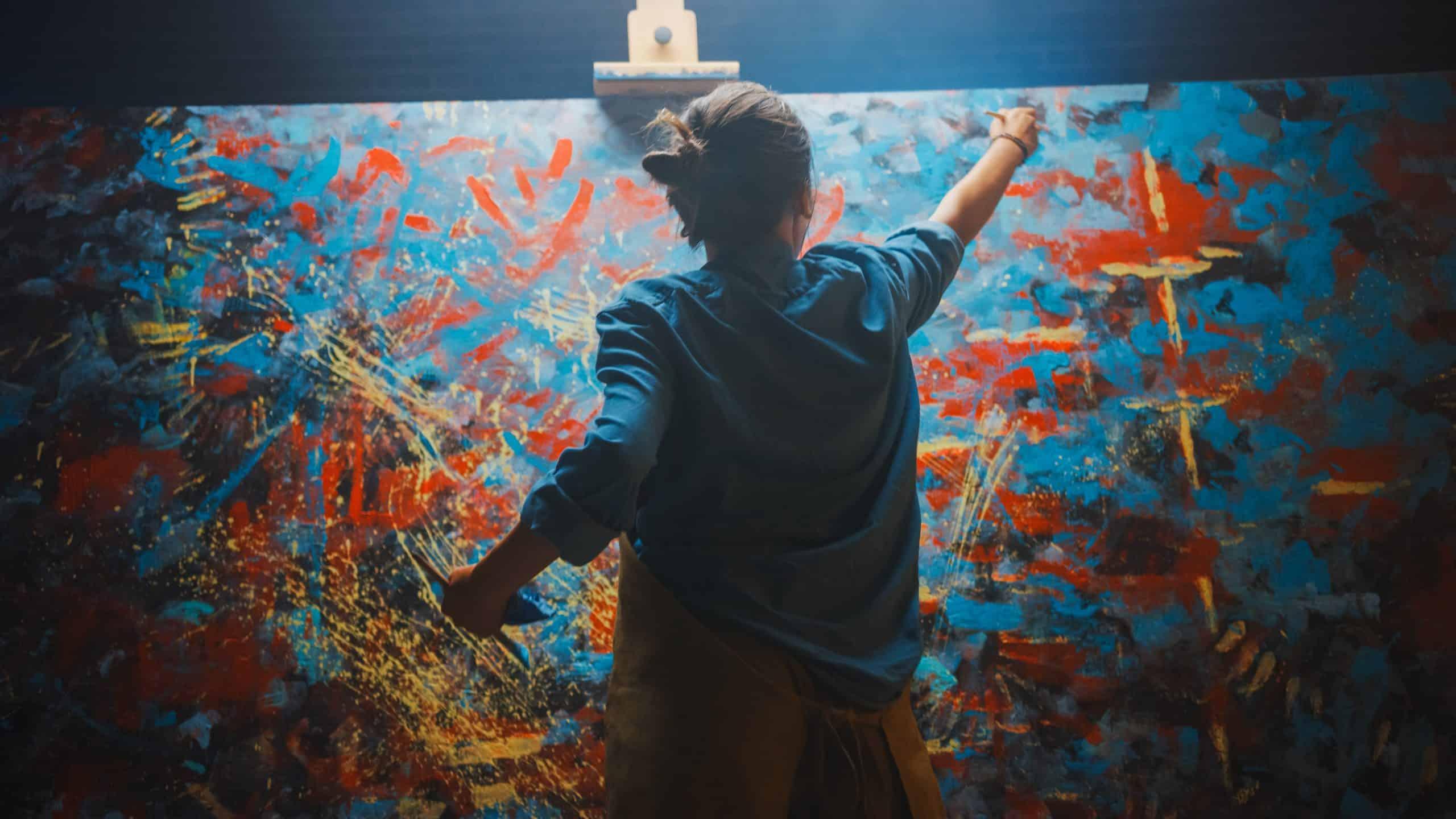 Femme qui peint une toile abstraite